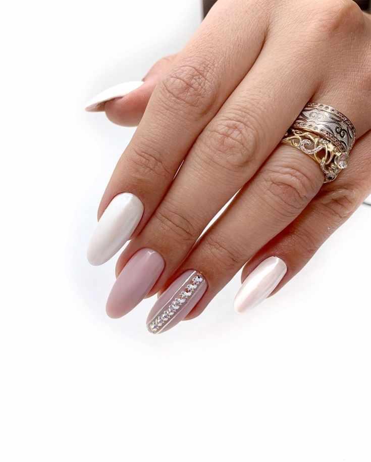 Перламутровый белый и розовый свадебный маникюр с вертикальными серебристыми полосками и стразами на безымянном пальце