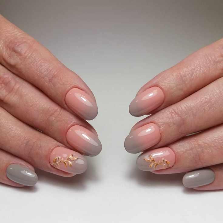 Бежево-серый осенний маникюр градиент на короткие овальные ногти с объемными веточками на безымянных пальцах