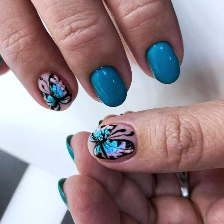 Розово-голубой короткий маникюр на овальные ногти с рисунками бабочек на большом и безымянном пальцах
