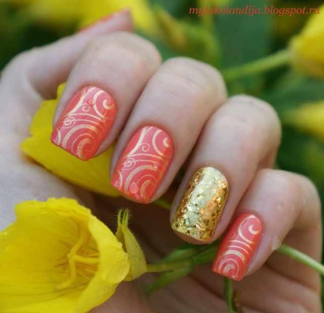 оранжевый маникюр ногтей золотые полоски
