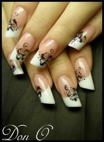 косой дизайн ногтей белый