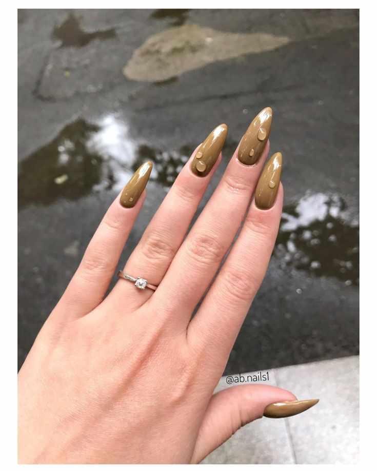 Однотонный коричневый маникюр с каплями на длинные острые ногти