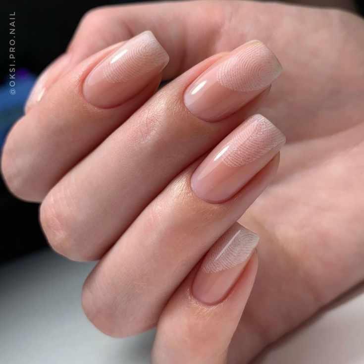 Нюдовый маникюр на длинные квадратные ногти с дизайном в виде отпечатков пальцев