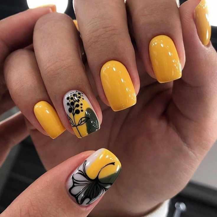 Оранжевый маникюр осень на короткие квадратные ногти с цветочными рисунками на двух ногтях