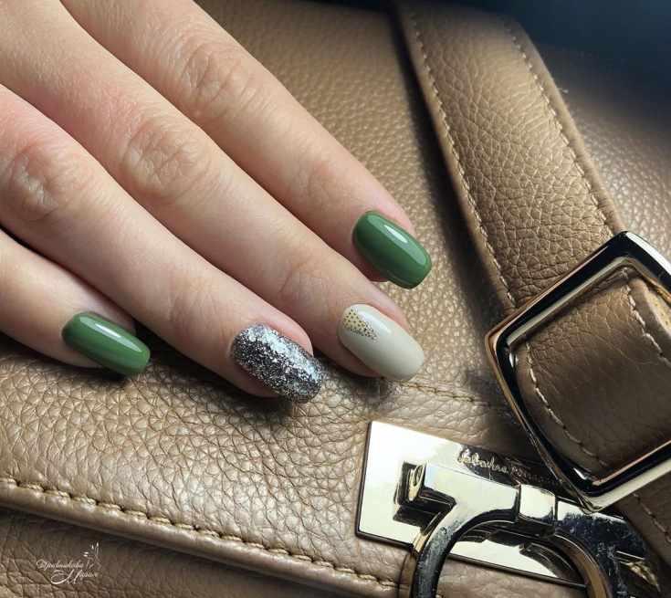 Зеленый с бежевым и серебристым маникюр на квадратные ногти средней длины с треугольным узором на среднем пальце