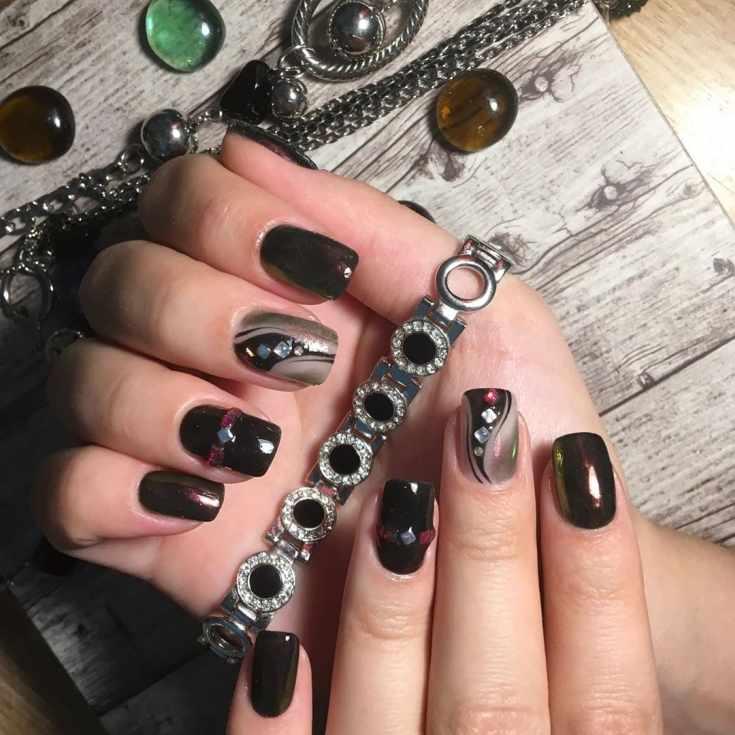 Строгий осенний маникюр в тёмных тонах с втиркой, стразами и узорами на квадратные ногти средней длины