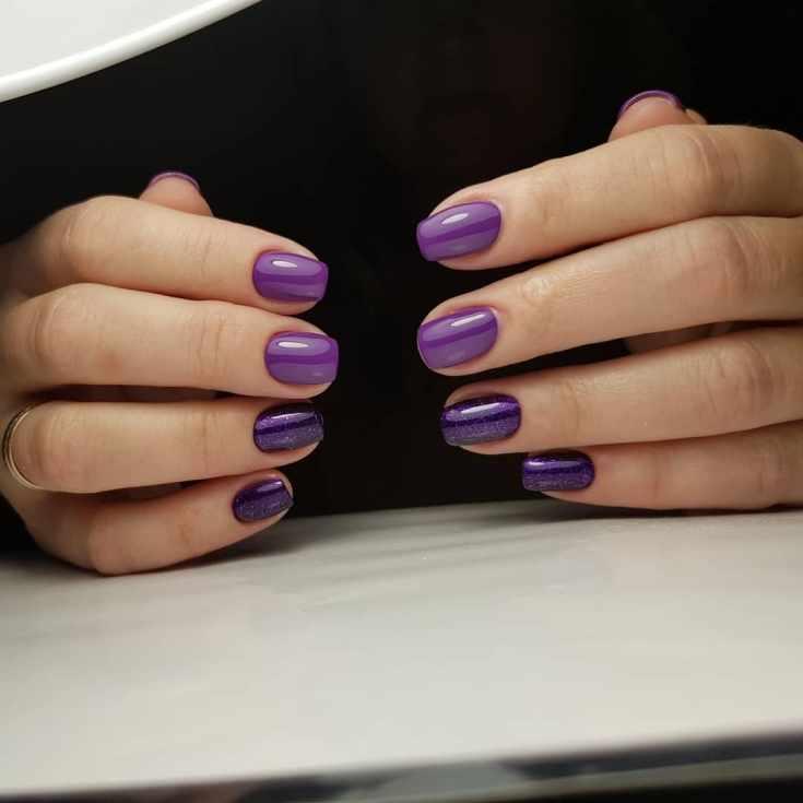 Однотонный фиолетовый маникюр на коротких квадратных ногтях с глиттером на двух пальчиках