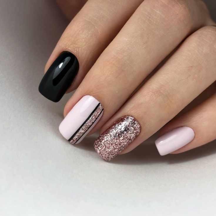 Розовый с черным маникюр длинный квадрат с глиттером на безымянном и вертикальной полоской блесток с черным контуром на среднем пальце