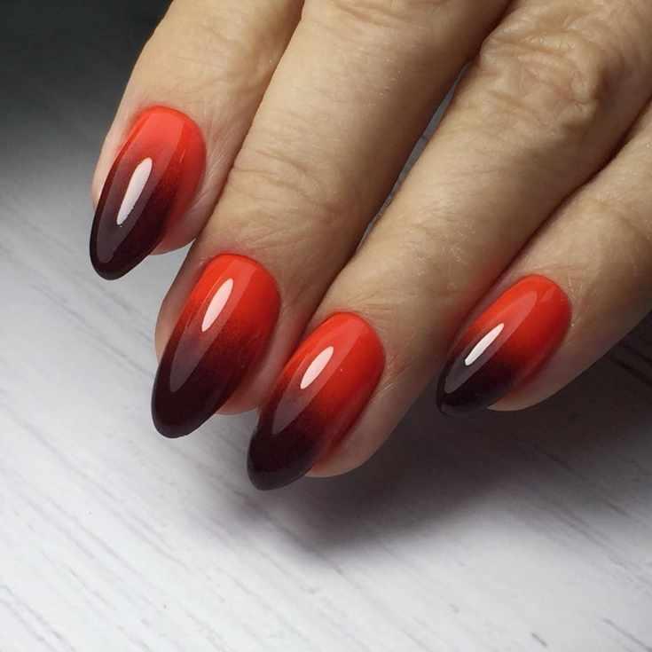 Красно-черный маникюр омбре на длинные миндалевидные ногти