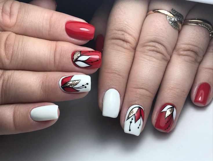 Красно-белый осенний маникюр на квадратные ногти с цветочным орнаментом с блестками