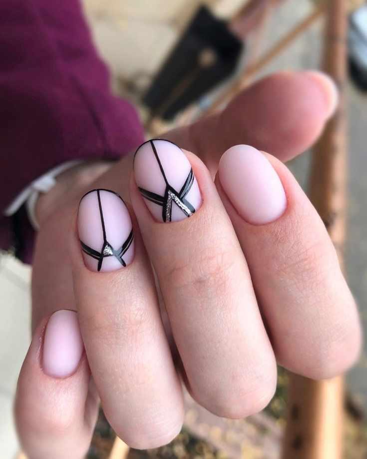 Матовый нюдовый маникюр геометрия на короткие овальные ногти с черными контурами