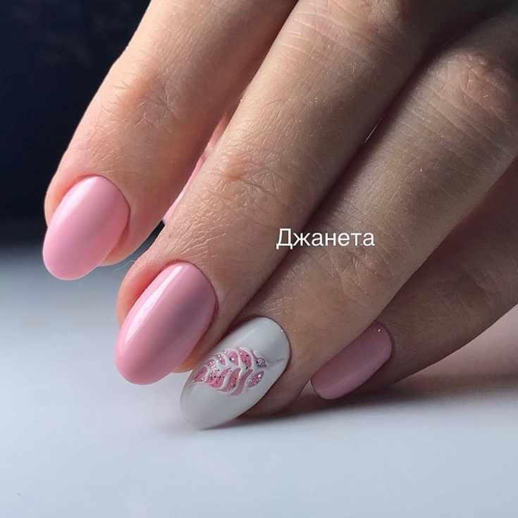 Розовый с белым короткий свадебный маникюр овал с рисунком перо