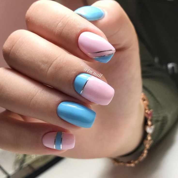 Голубой с розовым маникюр на средние квадратные ногти с серебристыми лентами