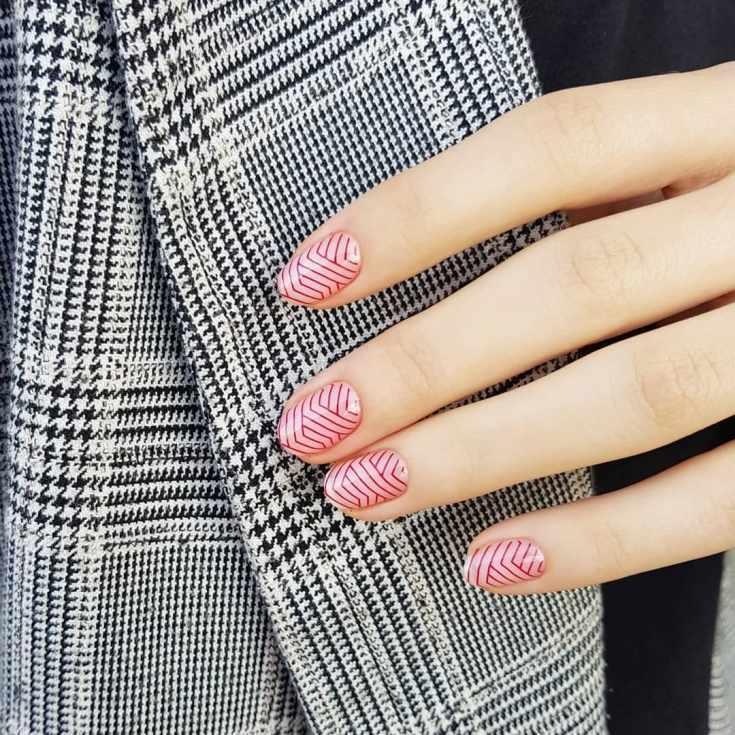 Розовый маникюр на короткие овальные ногти с красными геометрическими полосками слайдер