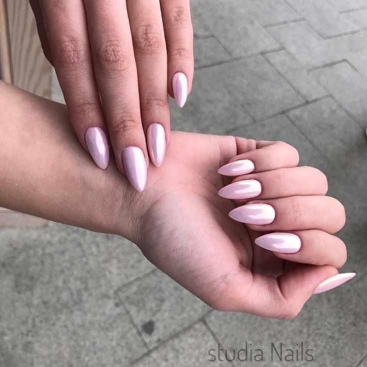Однотонный перламутровый розовый свадебный маникюр на средние миндальные ногти