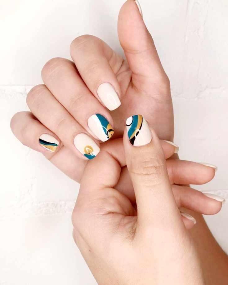 Белый маникюр на квадратные короткие ногти с трехцветным геометрическим дизайном