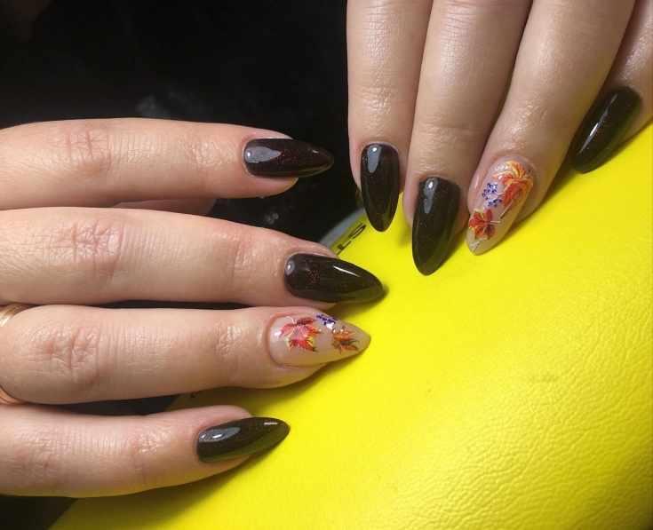 Тёмно бордовый блестящий миндалевидный маникюр с нюдовым ногтем на безымянном и рисунками осенних листочков