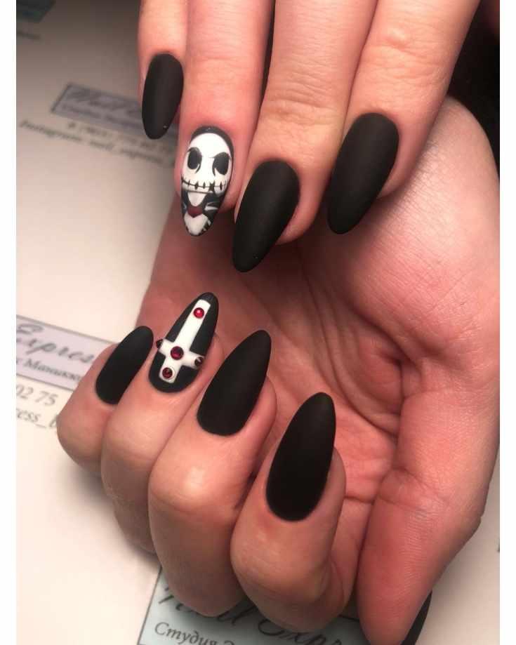 Чёрный матовый маникюр на узкие миндальные ногти на праздник Хэллоуина с тематическими рисунками