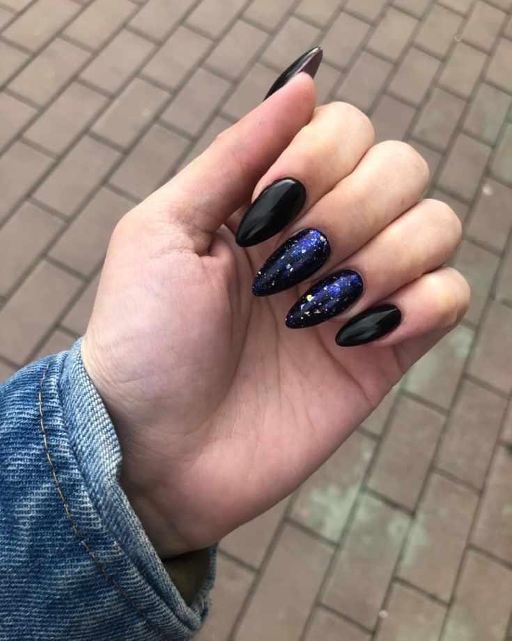 Черный космический маникюр с фольгой на длинные миндалевидные ногти