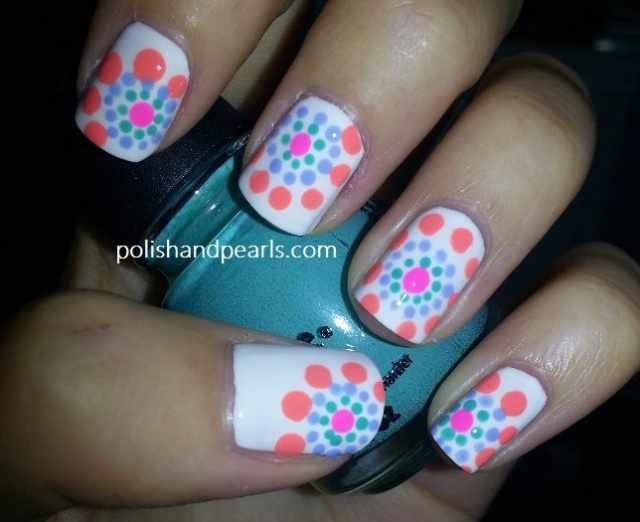 дизайн ногтей точками дотс на белом фоне