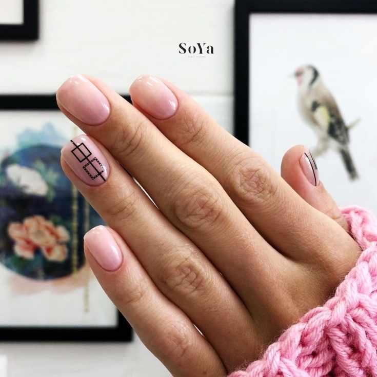 Нюдовый маникюр квадрат на короткие ногти геометрия с квадратами и вертикальной черной полоской на безымянном пальце