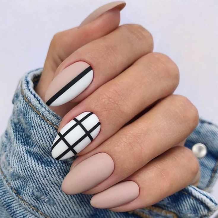 Белый с бежевым матовый маникюр в черную клетку на длинные миндальные ногти с черной вертикальной полоской
