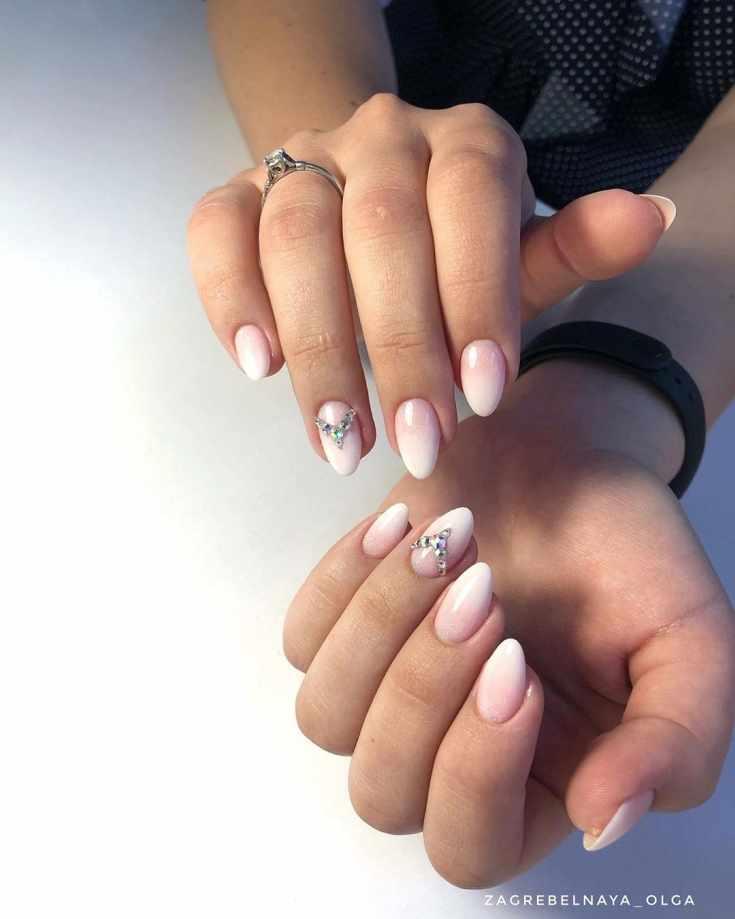Нюдовый с белым свадебный градиентный маникюр на короткие миндальные ногти со стразами на безымянном пальце