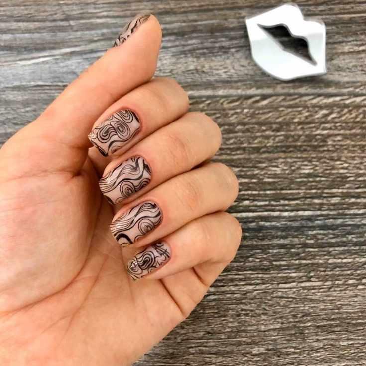 Нюдовый маникюр на короткие квадратные ногти с черными разводами и узорами штампом