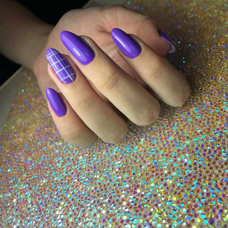 Однотонный фиолетовый маникюр на длинные миндальные ногти с рисунком клетка на безымянном пальце