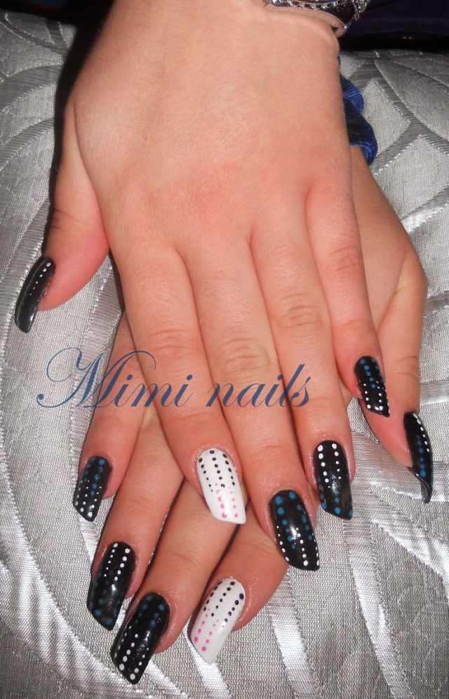 косой дизайн ногтей чёрно-белый