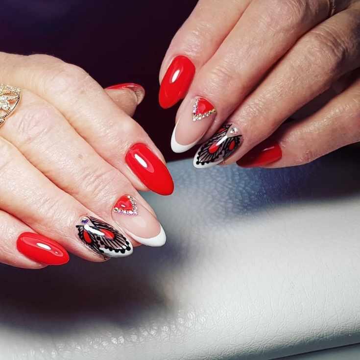 Красный с белым и черным маникюр френч на миндальные ногти со стразами и кружевом
