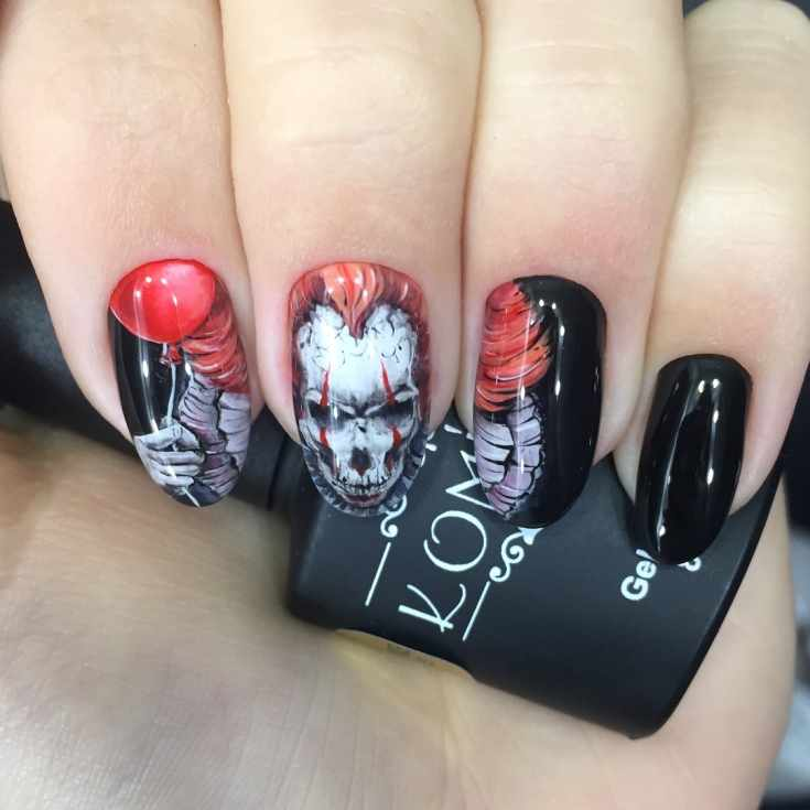Маникюр на Хэллоуин по мотивам фильма Оно на черные миндалевидные ногти