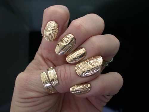 золотой дизайн ногтей тиснение