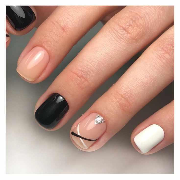 Белый с черным и нюдовым маникюр с полосками и серебристым треугольником на коротких квадратных ногтях