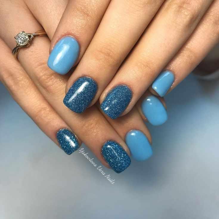 Голубой маникюр с блестками