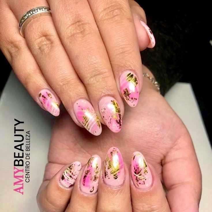 Розовый осенний маникюр миндаль с золотой фольгой и белыми паутинками гель-лака