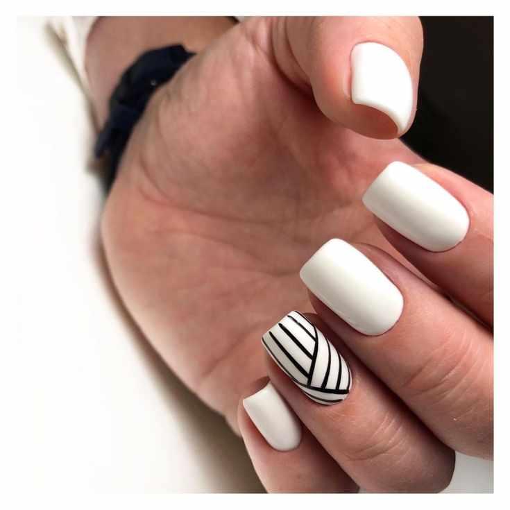 Белый маникюр на длинные квадратные ногти с черными геометрическими полосками на безымянном пальце
