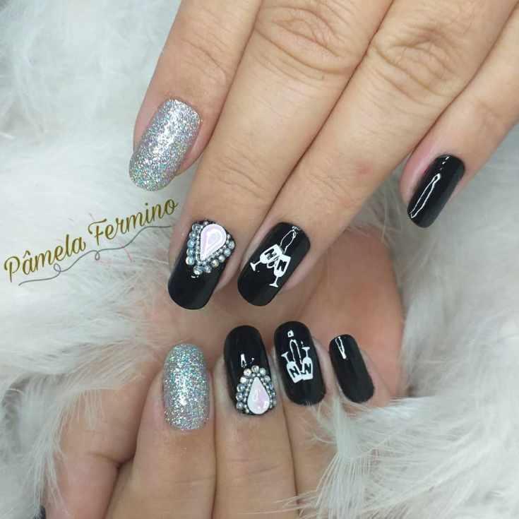 Черный с серебристым маникюр на овальные ногти средней длины с рисунками и стразами жидкий камень