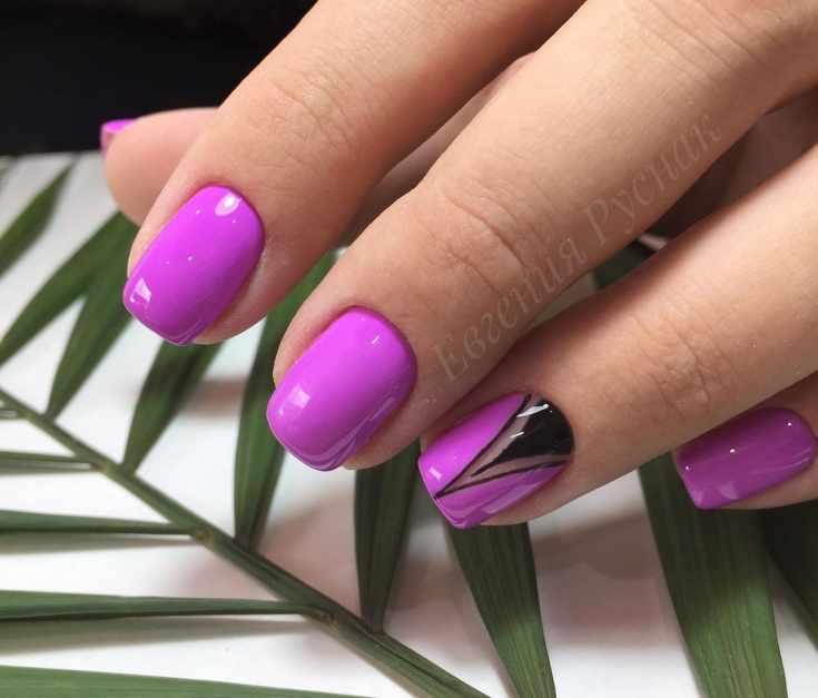 Фиолетовый короткий маникюр на квадратные ногти с черным прозрачным дизайном на безымянном пальце
