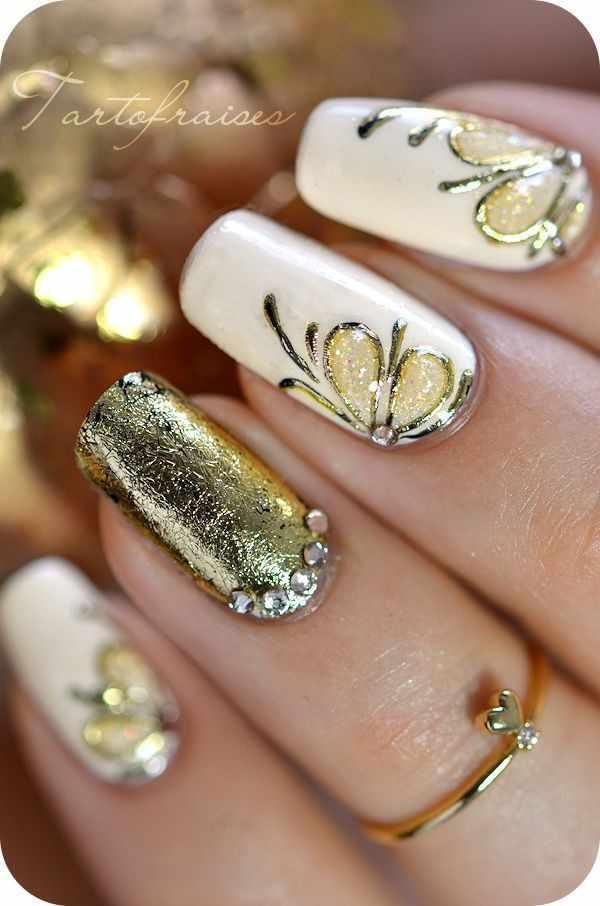 золотой дизайн ногтей бабочки на белом