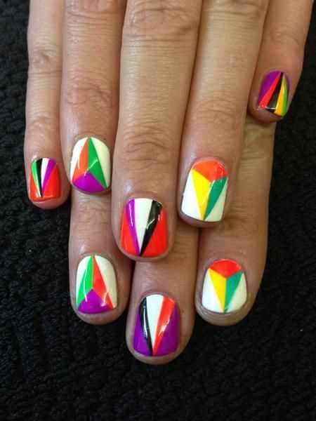 геометрический дизайн ногтей разноцветные треугольники