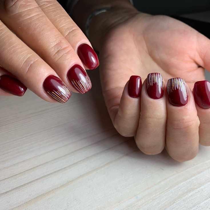 Красный маникюр на короткие квадратные ногти с разноцветными вертикальными полосками