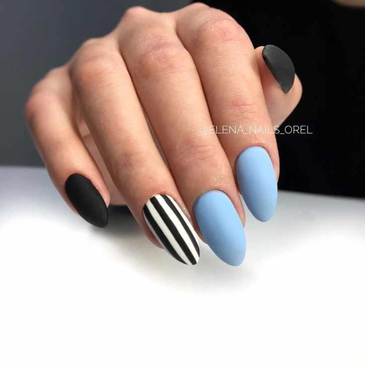 Матовый голубой с черным маникюр миндаль с вертикальными черно-белыми полосками на безымянном пальце