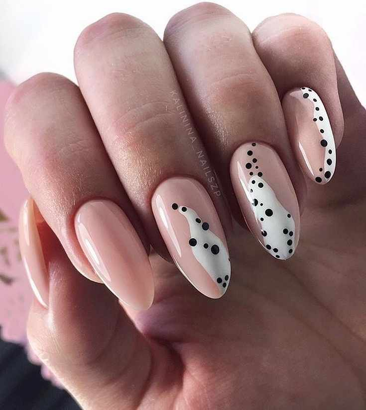 Нюдовый с белым офисный маникюр на длинные миндальные ногти с черными точками
