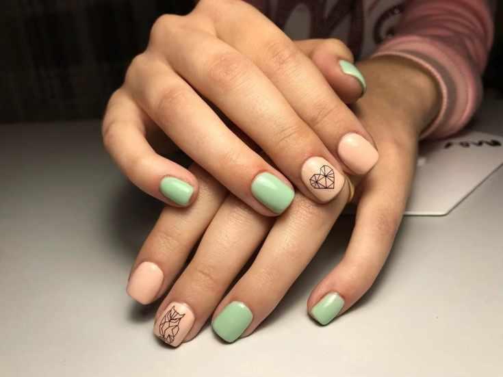Бежевый с мятным маникюр на короткие квадратные ногти с геометрическими рисунками
