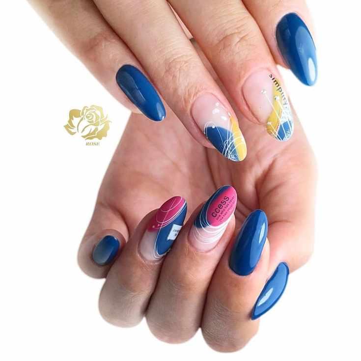 Синий миндальный маникюр с розовым и желтым дизайном и белыми паутинками гель-лака со стразами