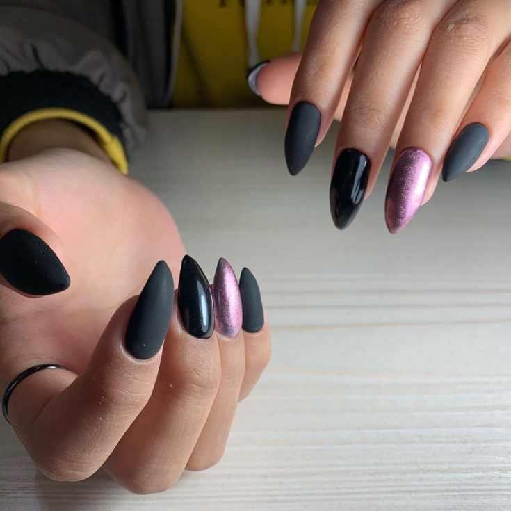 Глянцевый и матовый черный маникюр с розовой втиркой на безымянных пальцах на длинных острых ногтях