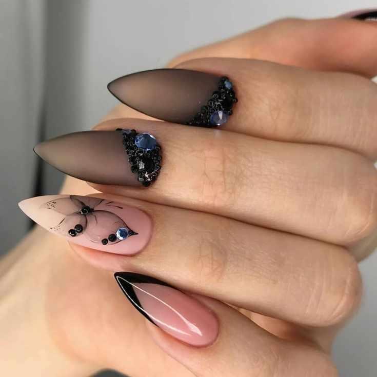 Нюдовый и черный полупрозрачный маникюр на острые ногти со стразами и рисунком бабочки