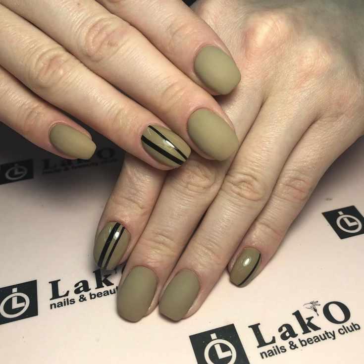Матовый с глянцевым маникюр цвета хаки на короткие ногти формы мягкий квадрат с черными вертикальными полосками