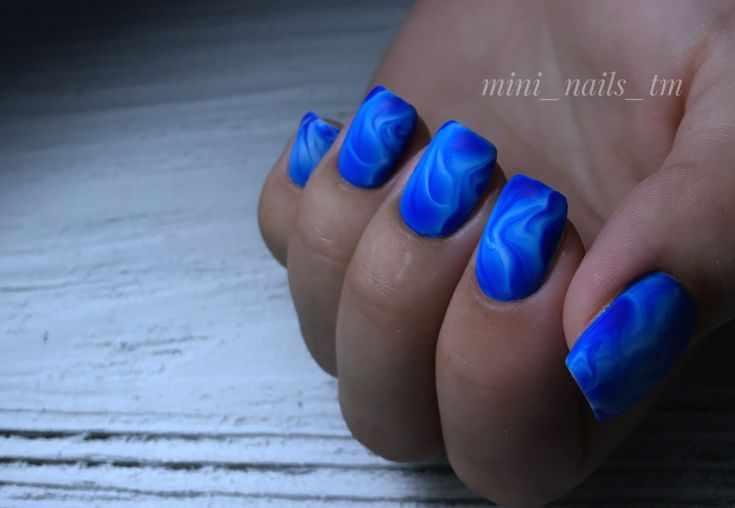 синий матовый маникюр с дизайном
